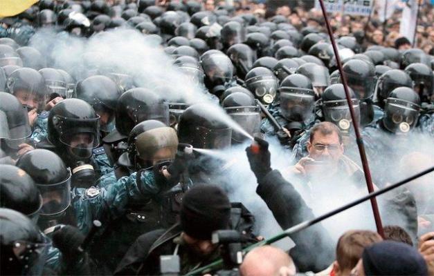 Перше зіткнення протестуючих з беркутом. 24 листопада 2013 р. Фото Efrem LukatskyAP.