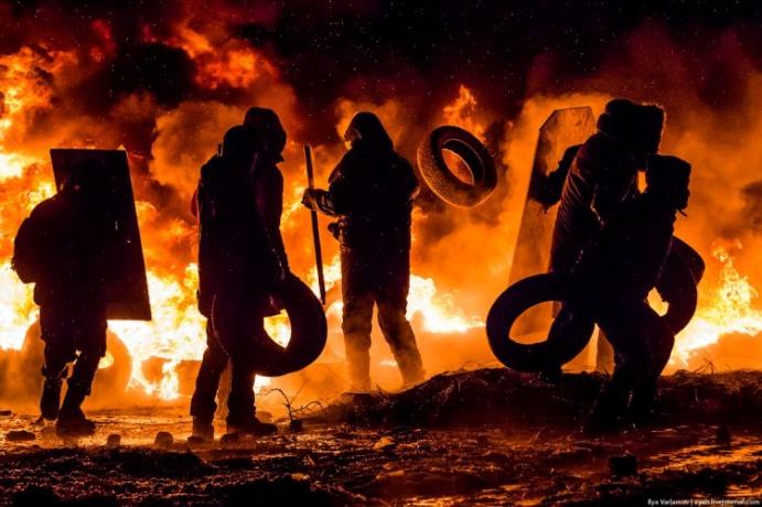 Євромайданівці підкидають шини у вогонь. 22 січня Фото Ilya Varlamov